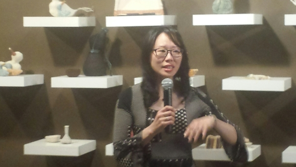 Aimee Lee discussing hanji at the Korean Cultural Center, NY, March 2016